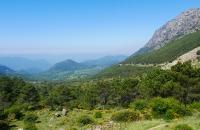 Blick von einer Passhöhe ins Land