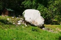 Großer Stein neben dem Wanderweg