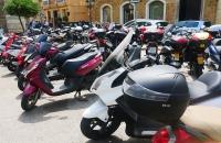 Viele Motorroller in Cádiz geparkt
