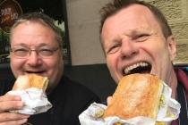 Dietmar und ich mit süßer Nachspeise