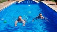 Dietmar und ich im Pool unseres Ferienhauses