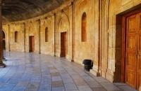 Halle eines Rundgebäudes der Alhambra