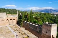 Blick auf die Alhambra und die schneebedeckte Sierra Nevada