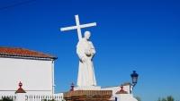 Figur vor der Kirche von Torre Alháquime