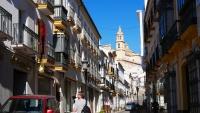 Straße mit unzähligen Geschäften in Olvera