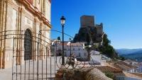Blick auf Festung und Teile der Kirche von Olvera