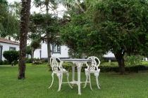 Alter Tisch und Stühle zwischen Appartements