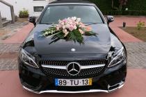 Auto eines Hochzeitspaares das im Hotel gefeiert hat