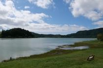 Friedlich liegt der See in der Landschaft