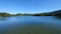 Blick auf einen friedlichen Kratersee