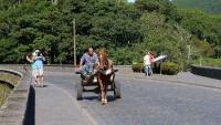 Pferdefuhrwerke sieht man hier noch öfter, meist als Milchtransport
