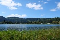 Am Ufer des blauen Sees