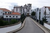 Brücke Ponte dos Sete Arcos und die Kirche von Nordeste