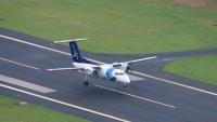 Ein kleines Flugzeug bei der Landung am Flughafen Santa Cruz