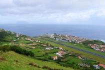 Blick auf Santa Cruz, den Flughafen und im Hintergrund die Insel Corvo