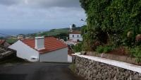 Blick auf den Ort Lomba und die Kirche