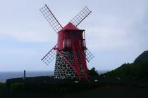 Eine der letzten beiden Museums-Windmühlen auf Pico