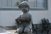 Kleine Statue im Vorgarten eines Hauses