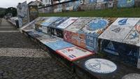 Von Besuchern bemalte Steine im Hafen von Horta