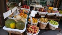 Obststand mit leckeren Früchten