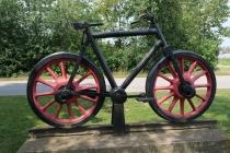 Ein stählernes Fahrrad am Rastplatz in Pillichsdorf