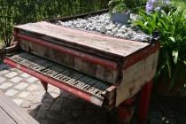 Ein altes Klavier mit Steinen beschwert am Rastplatz in Pillichsdorf