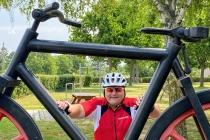 Wolfgang hinter stählernem Fahrrad am Rastplatz in Pillichsdorf