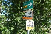 Wegweiser am Radweg der Traminer nahe Dörfles