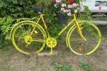 Altes Fahrrad als Blumenständer am Rastplatz