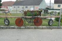 Kuriose Fahrräder im Ort Föllim
