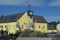 Uhr in einem Kreisverkehr in Bad Deutsch-Altenburg