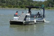Das kleine Fährboot setzt nach Haslau über