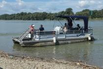 Das kleine Fährboot legt am Ufer von Haslau an