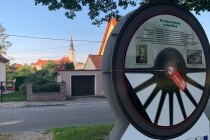 "Hinweisschild des ""Dampfross und Drahtesel"" Radwegs in Bockfließ"
