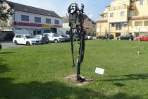 """Skulptur """"Der Kreislauf des Weines"""" in Park in Laa an der Thaya"""