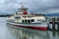 Eines der Chiemsee-Schiffe im Hafen von Prien