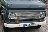Kühlerhaube eines alten Opel-Truck
