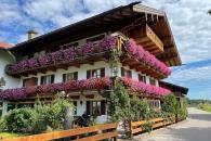 Altes Haus mit schönen Balkonblumen in Rottau