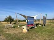 Einer von mehreren Fahrrad Rastplätzen mit Sonnensegel