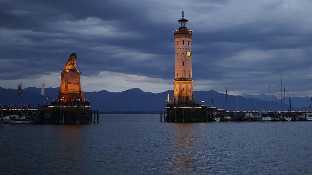 Hafeneinfahrt von Lindau bei Nacht